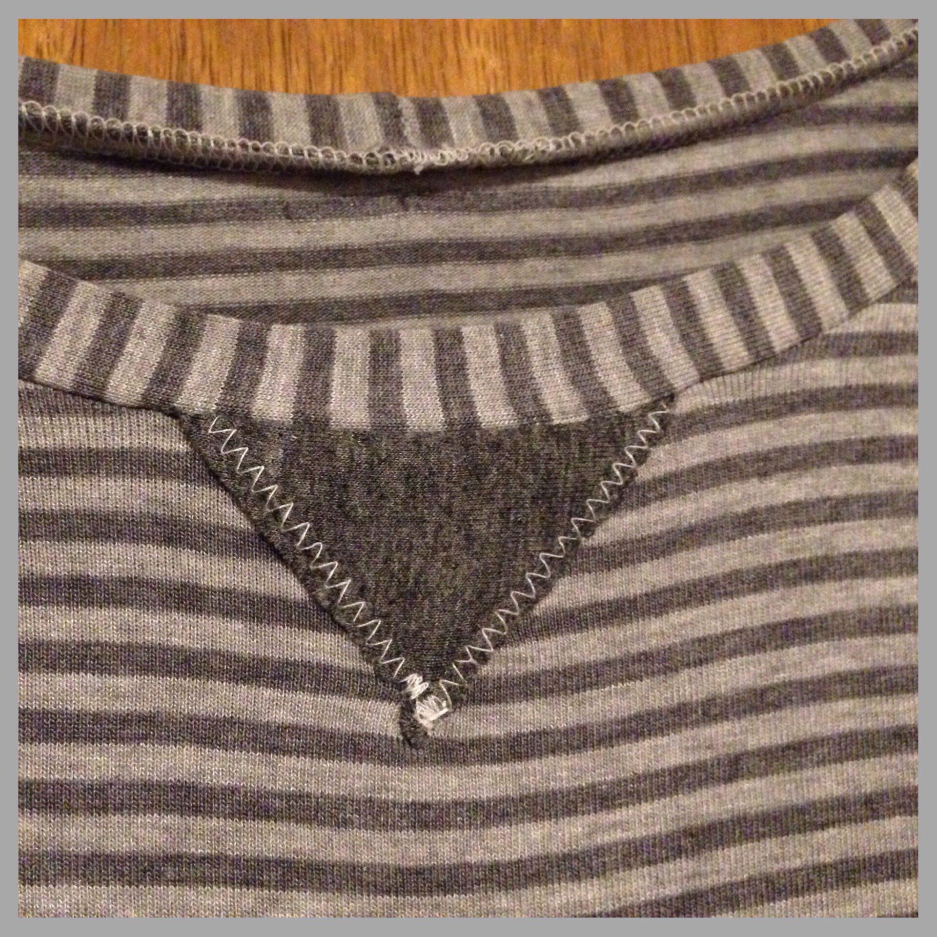 Halsausschnitt mit aufgestepptem Dreieck