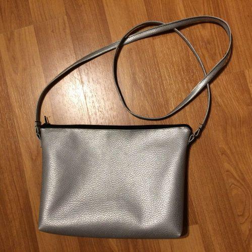 Silberne Handtasche für den Abend