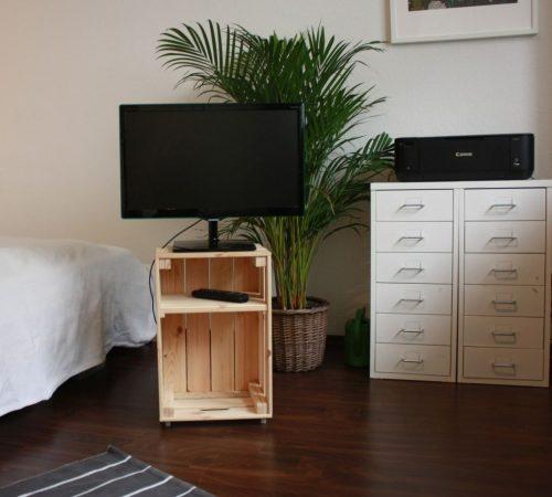 Fernsehmöbel3 500x450 - Aufbewahrung aus Weinkisten selber bauen
