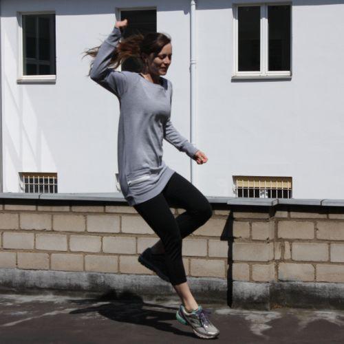 Joggingpulli im Sprung