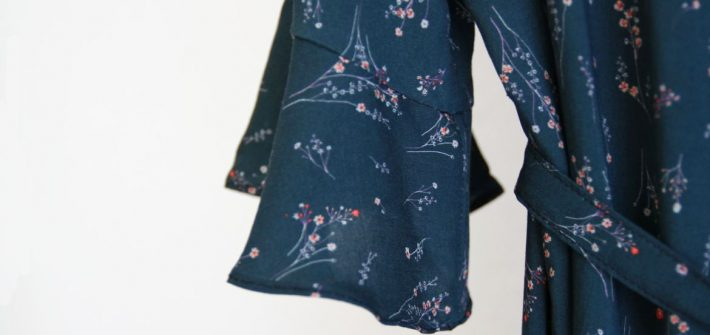 "Bonn Kleid Titelbild 710x335 - Blusenkleid ""Bonn"" mit Volant-Ärmeln"