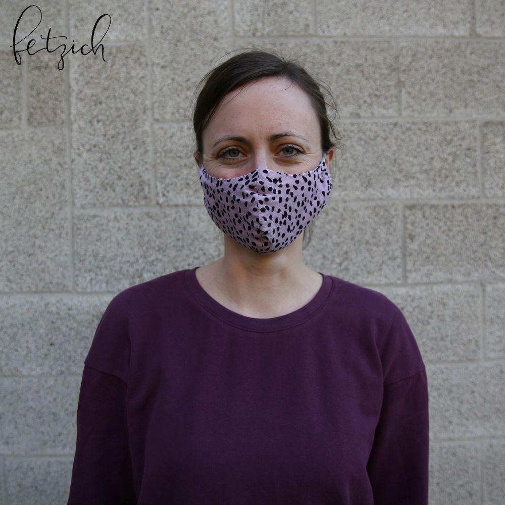Lila Pullover mit passender Maske